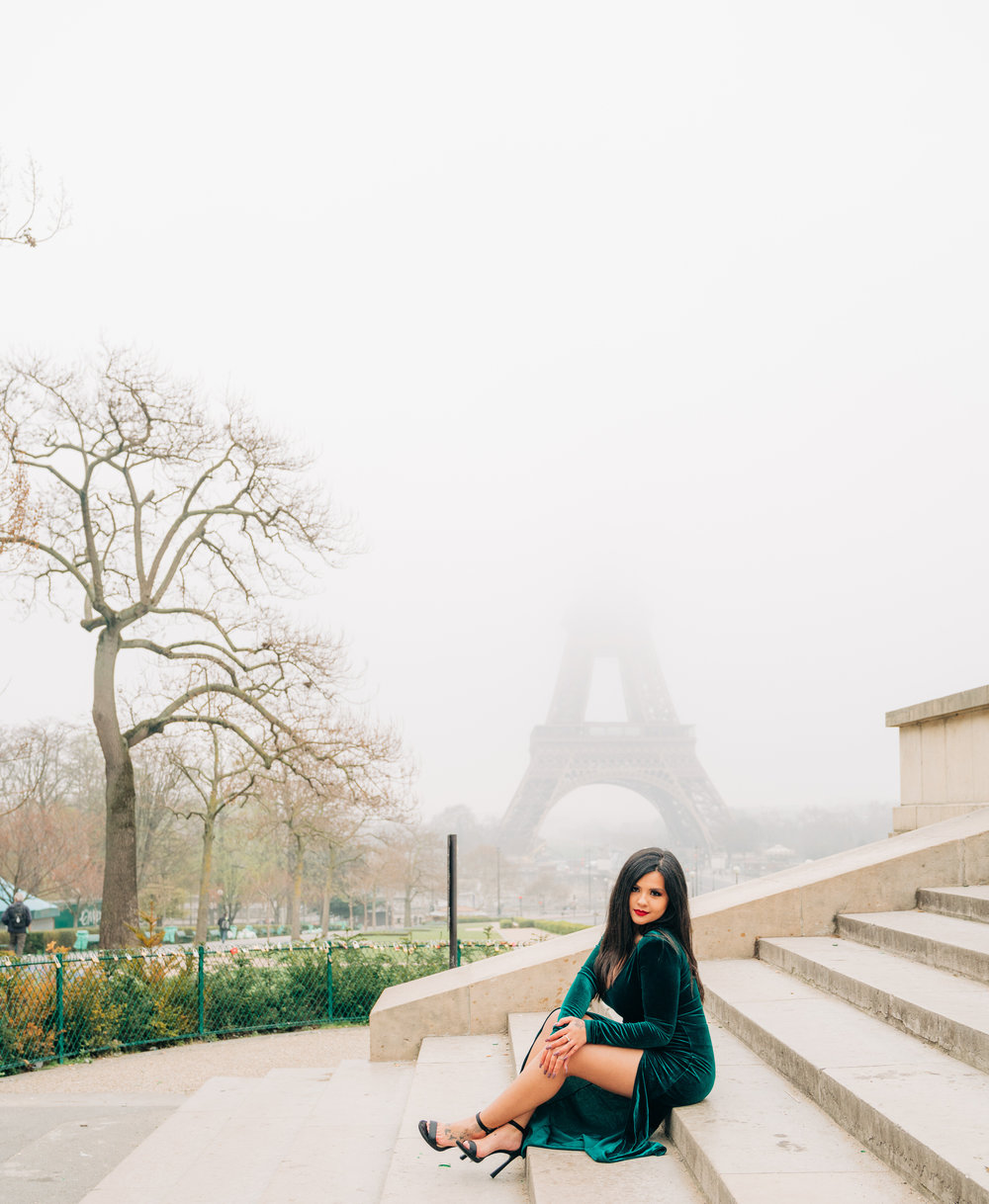 solo traveler photo shoot at the eiffel tower in paris france