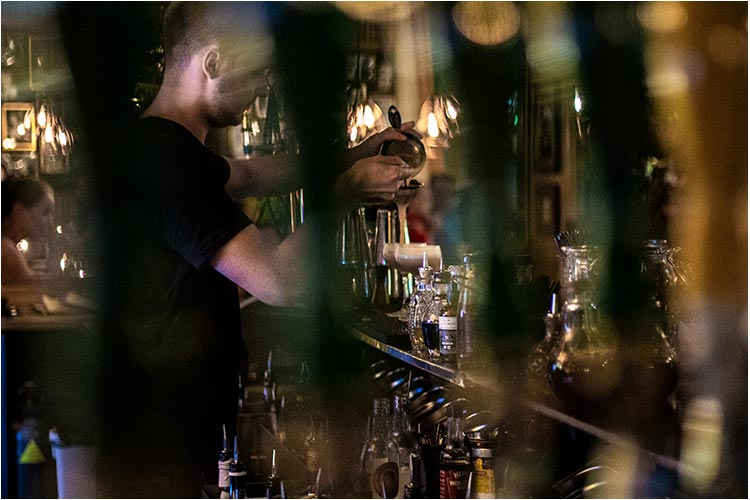 Nedre Løkka Cocktailbar har proffe bartendere som mikser alle mulige cocktails.