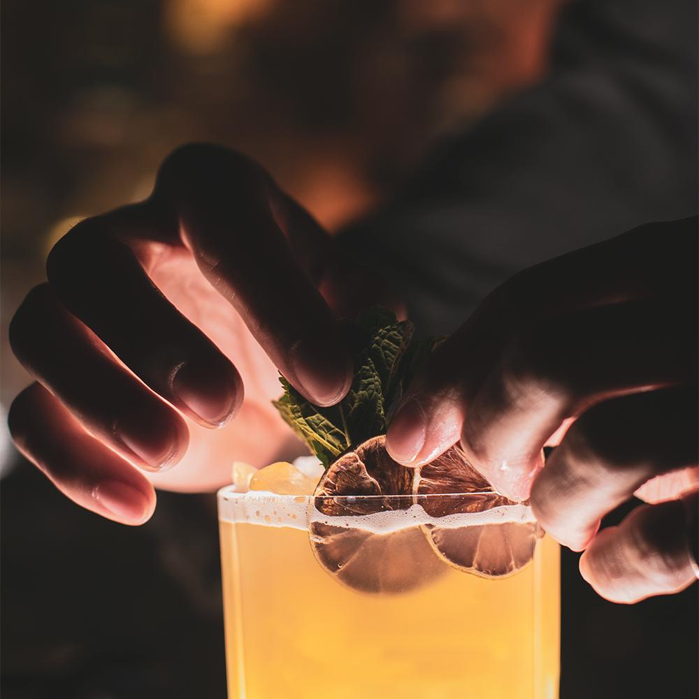 En bartender lærer deg hele prosessen.