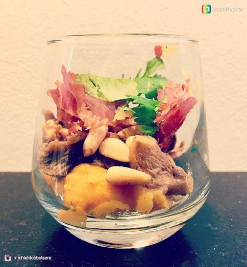 Wonky dip met gedroogde ham, pijnboompitten, bospaddestoelen en koriander.