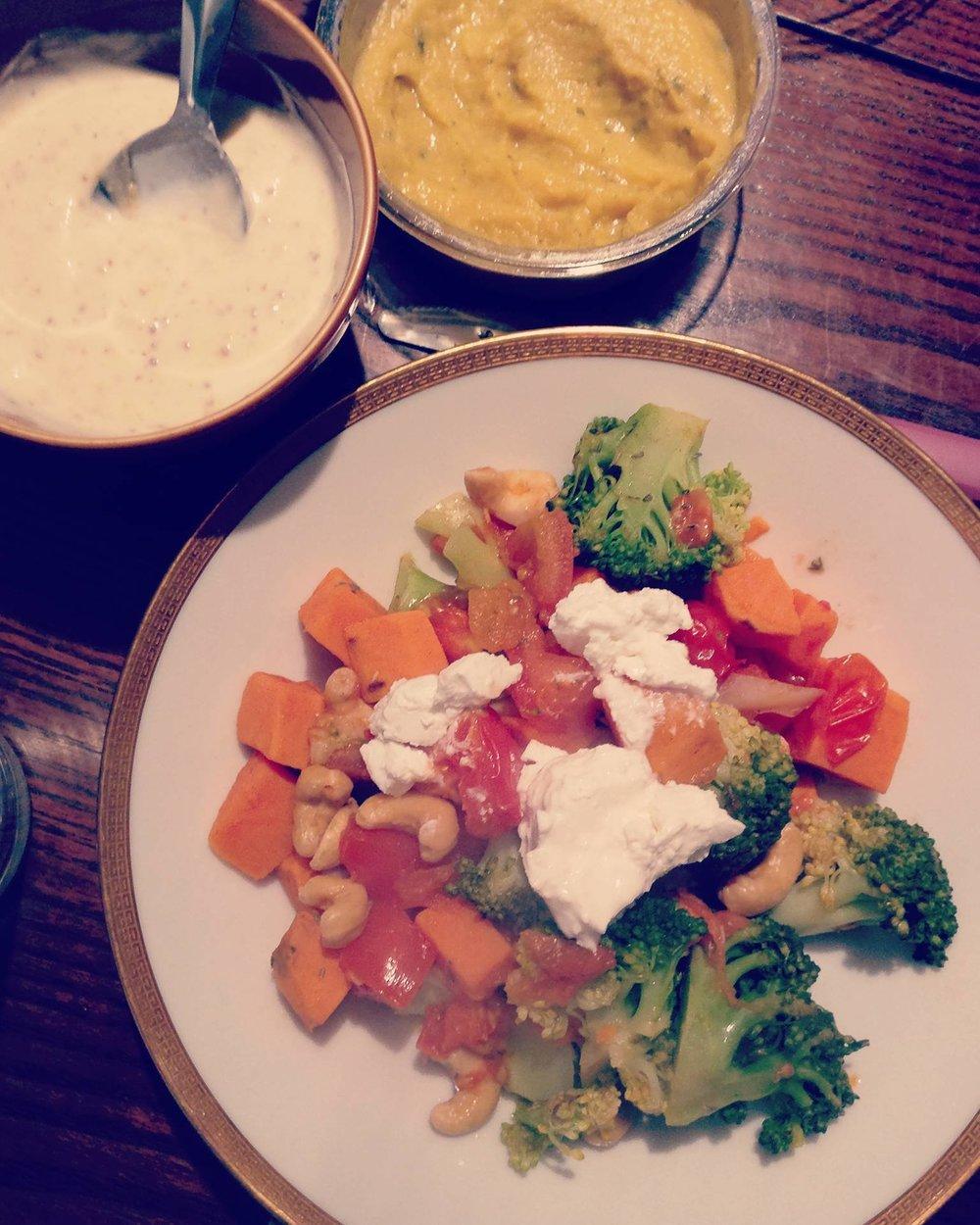 Zoete aardappelsalade met geitenkaas en Wonky worteldip