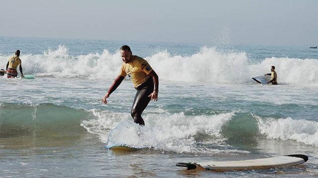 Šodien biju uz viļņa. Atlantijas okeāns pamatīgi nokausēja mani, bet treneris paspēja arī nobildēt.  #surfing #marocco #ocean #fitnessabc