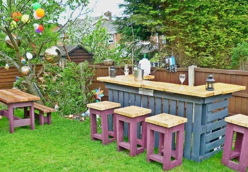 en este caso se ha fabricado una pequea barra para jardn con taburetes y una pequea mesa para comer - Muebles De Jardin Con Palets