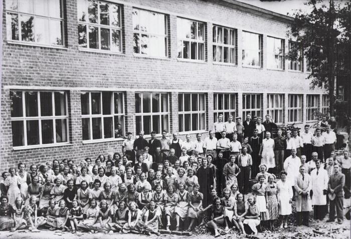 Partolan kenkätehtaan henkilökuntaa vuonna 1940.