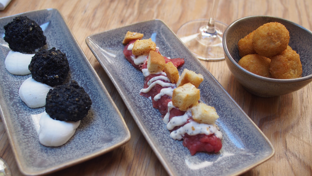 Turbigon mustia kalmaripalloja, tartarpihviä sekä kana-kikhernekroketteja