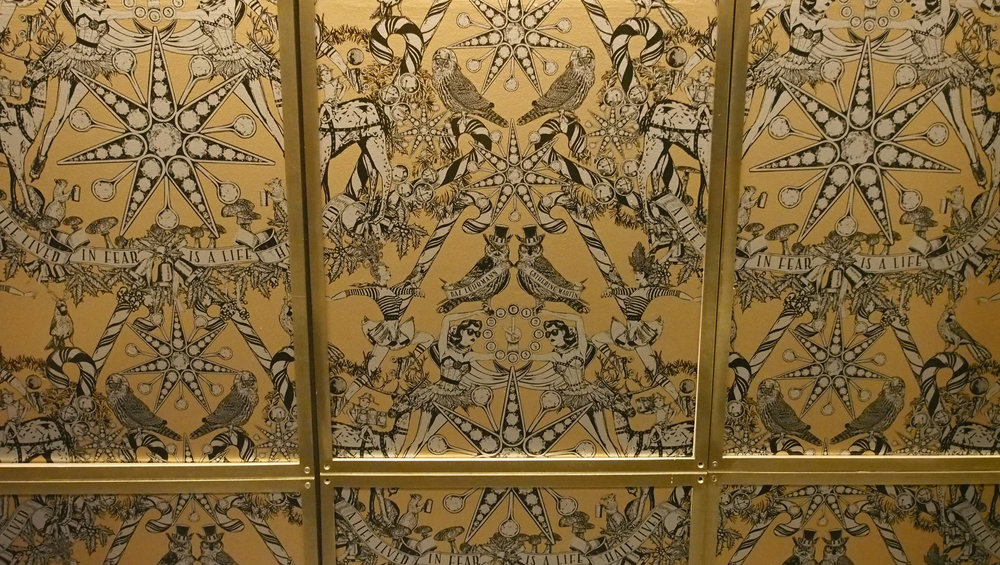Barneys -tavaratalon ihana jouluprintti koristi myös hissin seiniä