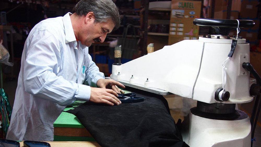 Manuel leikkaa nilkkurin etukappaleita Portugalissa