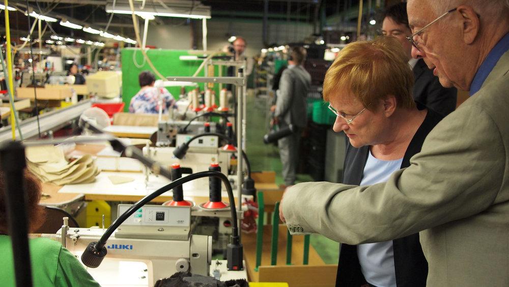 Pertti esittelemässä Sarankulman tehdasta presidentti Tarja Haloselle kesällä 2011.