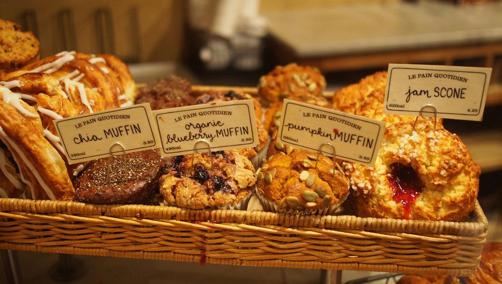 sunnuntain aamiainen Le Pain Quotidien luomuleipomon kahvilassa