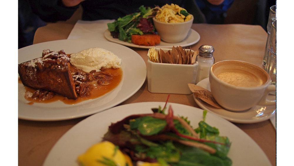 Buttermilk Channelin munakokkeli, ravintolan versio eggs Benedictistä sekä jälkkäriksi pecan pie French toast (tämä on puolikas annos!!)