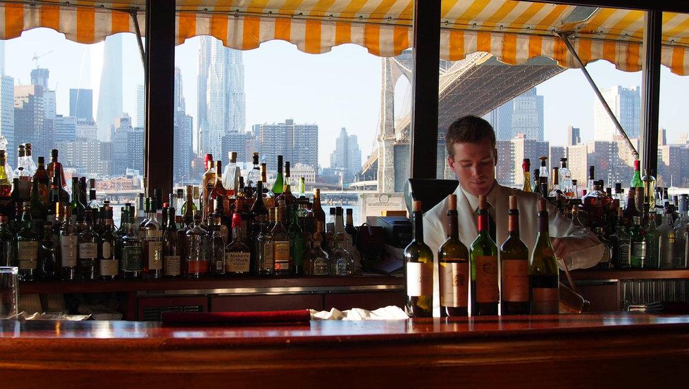 iltapäivän coctailit Brooklynin sillan alla The River Cafessa