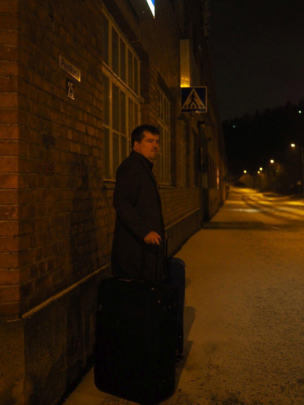 Maanantai:  Suunniteltua aikaisempi lähtö aamulla, koska iltapäivälento peruuttiin edellisenä päivänä. Pyynikin toimistolla odotan taksia kolme matkalaukkua täynnä kenkänäytteitä. Lento Tukholman kautta New Yorkiin FFaNY -kenkämessuille