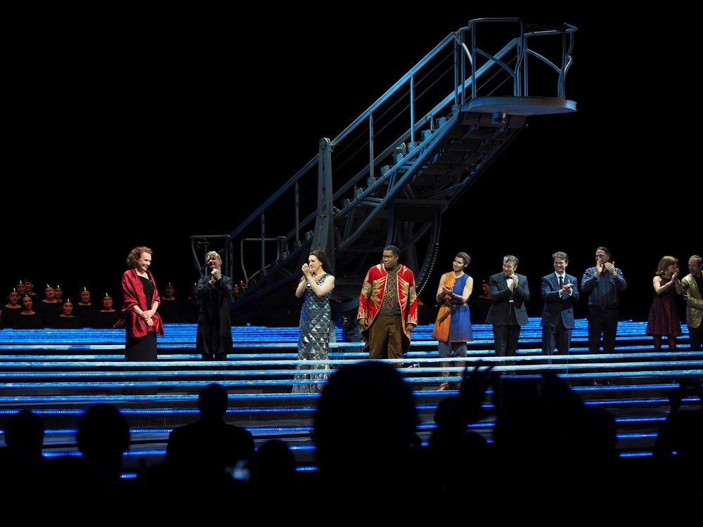 Torstai:  Illalla messupäivän jälkeen oopperassa. Historiallinen ensi-ilta, ensimmäinen suomalaisen säveltämä on myös ensimmäinen naisen säveltämä ooppera Metropolitan Operassa sitten vuoden 1903. Kaija Saariaho, L'Amout de loin. Kapellimestarina Susanna Mälkiä.