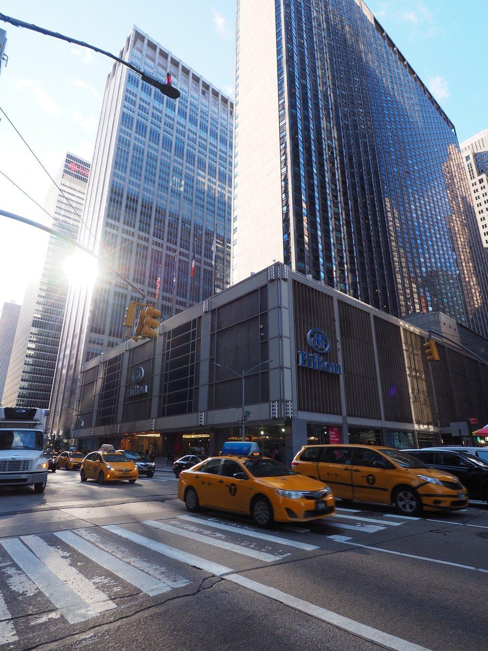 Perjantai:  Aamulenkillä 6th Avenuella ennen viimeistä messupäivää. Messut onnistuivat hyvin sillä tärkeimmät asiakkaat Pohjois-Amerikasta kävivät. Paljon poliisia kadulla. Korttelin päässä muodostetaan uutta hallitusta Trump Towerissa.