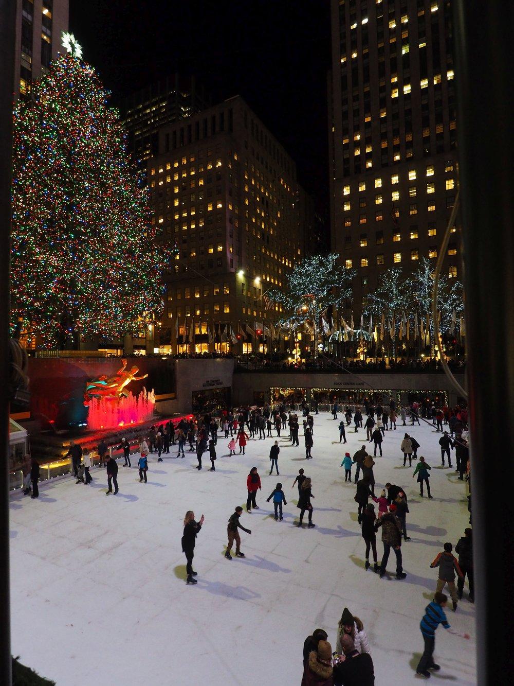 Lauantai:  Joulutunnelmaa New Yorkissa. Rockefeller Centerin joulukuusi ja luistinrata. Iltapäivälennolla kotiin.