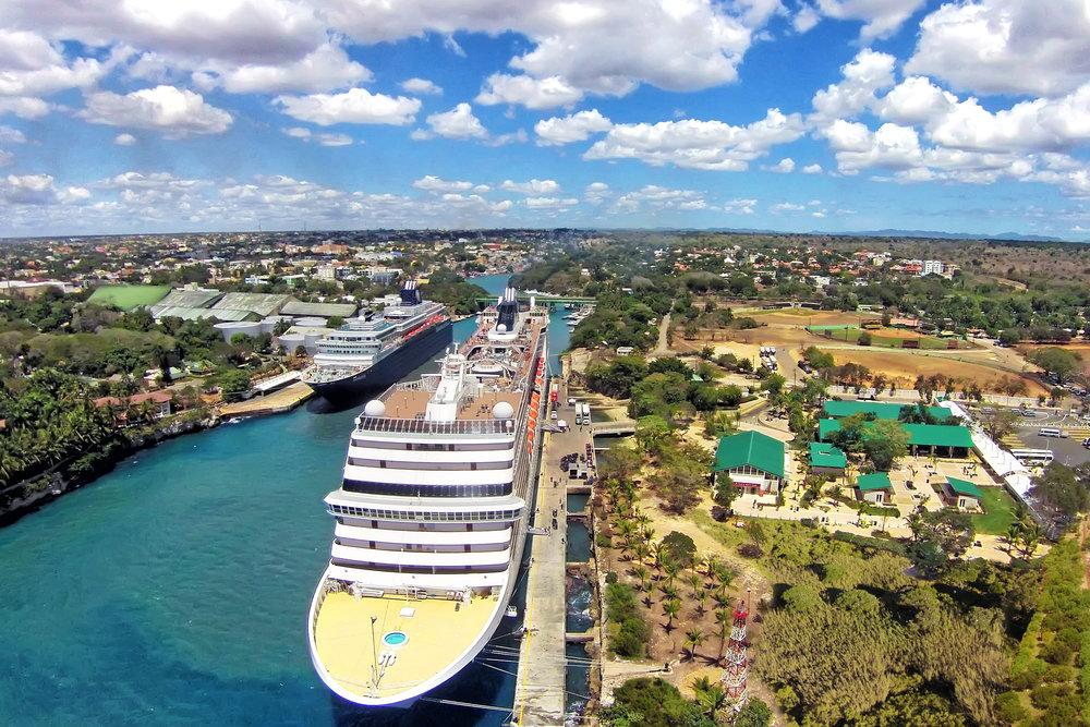 Vista área de dos cruceros en Puerto de La Romana.jpg