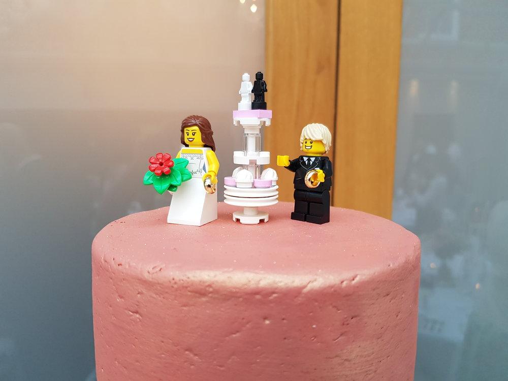 Wedding photo ideas: Lego bride and groom wedding cake topper
