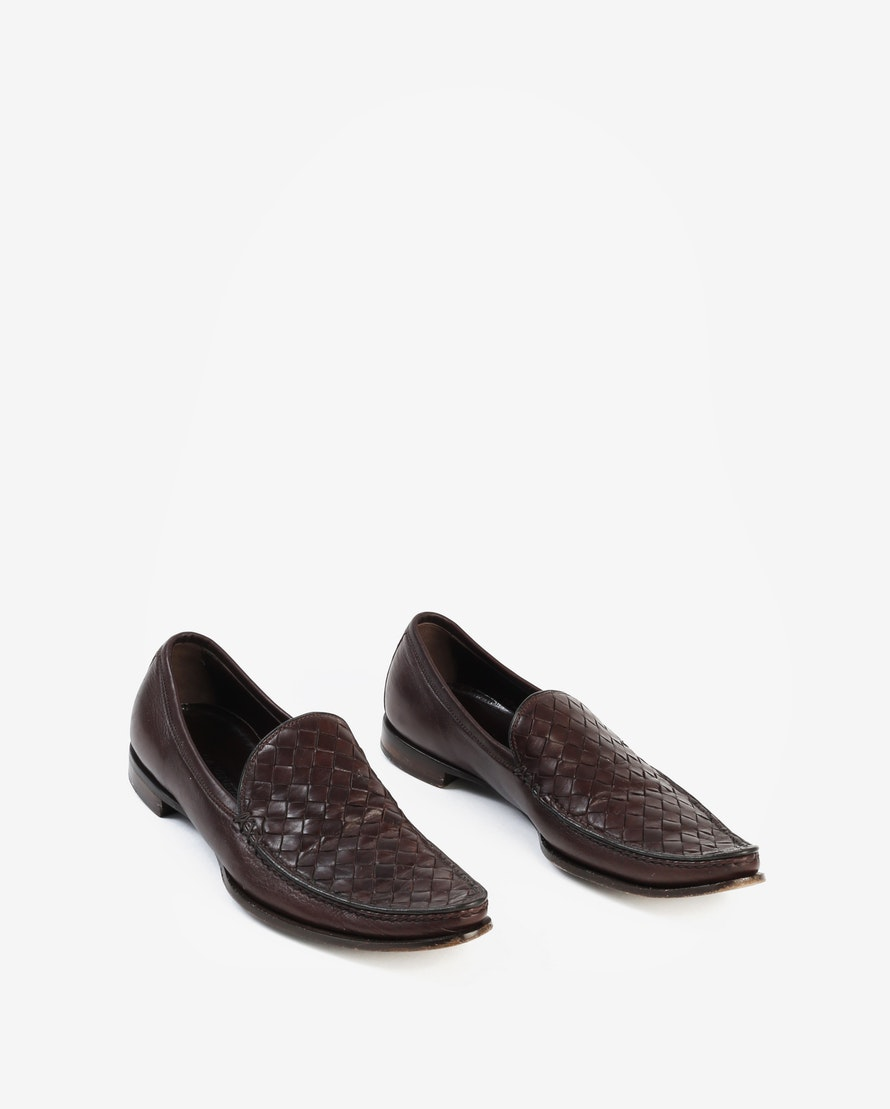 BOTTEGA VENETA FLATS $189 SIZE: IT 36 (US 6) BENEFITS: $128.25 supports Massachusetts Society for the Prevention of Cruelty to Animals* Brown Intrecciato leather pointed-toe loafers with tonal stitching and stacked heels.