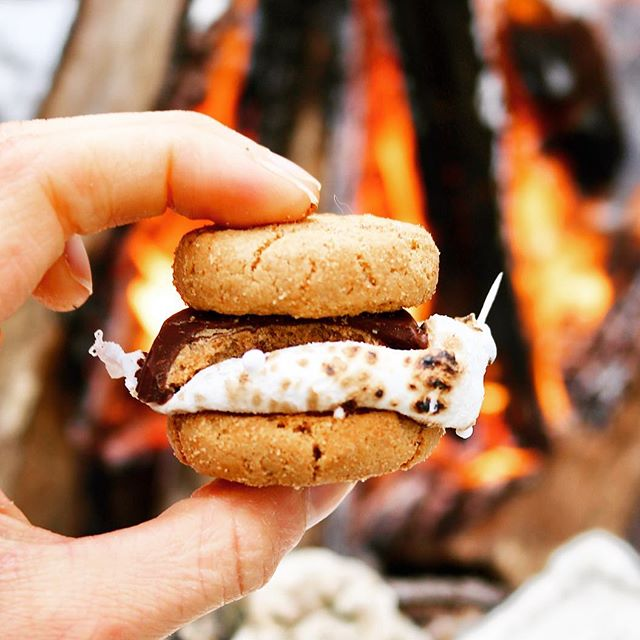 Is it summer yet?! ☀️ Counting down the days until campfire 🔥 season so we can make these #glutenfree s'mores by @spinachdaddy! Get all the details on our blog #linkinbio