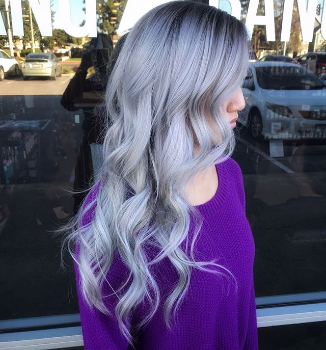 Natural root blended into silver? ✅ It's always a fun project working on Cathy! As always, this color isn't for everyone but it's always beautiful when it's done right! #chelseathestylist