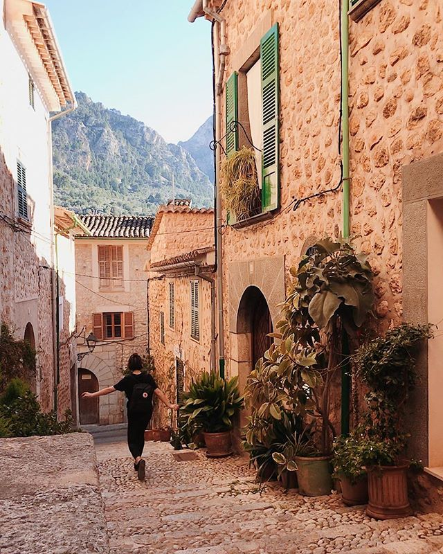 Journeyed over an hour into the mountains of Mallorca and stopped in the quiet village of Fornalutx. There, I was greeted by cute plant-lined streets and even cuter street cats. 🐈🌿⛰
