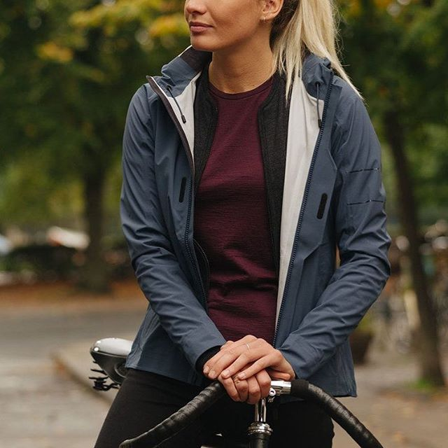 When it comes to nailing performance features in a cycling jacket you can wear at a social occasion, few brands get it right. Hannah Troop finds out if Rapha's 'urban cycle-wear' contender cuts the mustard both on and off the bike in the KNOW HOW section of our site. Link in bio⠀  @rapha, @hantroop⠀ ⠀ #CYCLING #ROADBIKE #CYCLIST #BIKESTAGRAM #CYCLINGLIFE #STRAVACYCLING #ROADCYCLING #INSTACYCLING #RIDEYOURBIKE #ILOVEMYBIKE #CYCLISTS #LOVECYCLING #INSTACYCLE #CYCLINGLOVE #INSTABICYCLE #CYCLISTLIFE #OUTSIDEISFREE #FROMWHEREIRIDE #WTMTM #ROADSLIKETHESE #ROADPORN #WYMTE #SOCKDOPING #CYCLECHIC #CYCLINGKIT #CYCLINGAPPAREL #CYCLESTYLE #CYCLEGEAR #CYCLINGGEAR #KITPORN
