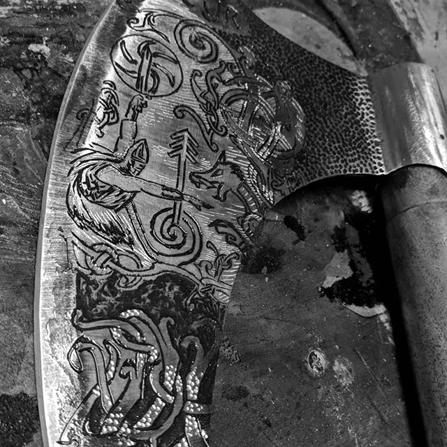 Here is a throwback to earlier this year.  This one was a fun axe to engrave. Though not my normal it certainly was a blast. Same design on both sides. 🔥🔥🔥 . . . #axejunkie #metalart #luckyaxe #vikingaxe #dremel #dremelart #engraved #engravingmetal #engravedaxe #engravedmetal #familyaxe #usableart #readymade #freedom #fthenaysayers #logwrappedaxe #axethrowing #throwingaxe