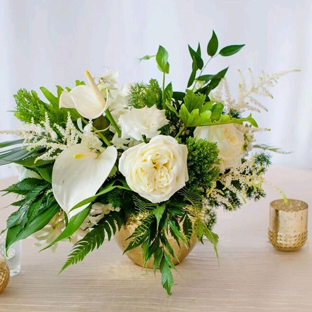 Curated Floral Packages for your wedding at the click of a button. Centerpiece in our Lush Collection. Click the link in Profile for details. Photo-@kristinaleephotography . . . . #weddingflowers #weddings #thehaloexperience  #weddingpackage  #instawedding