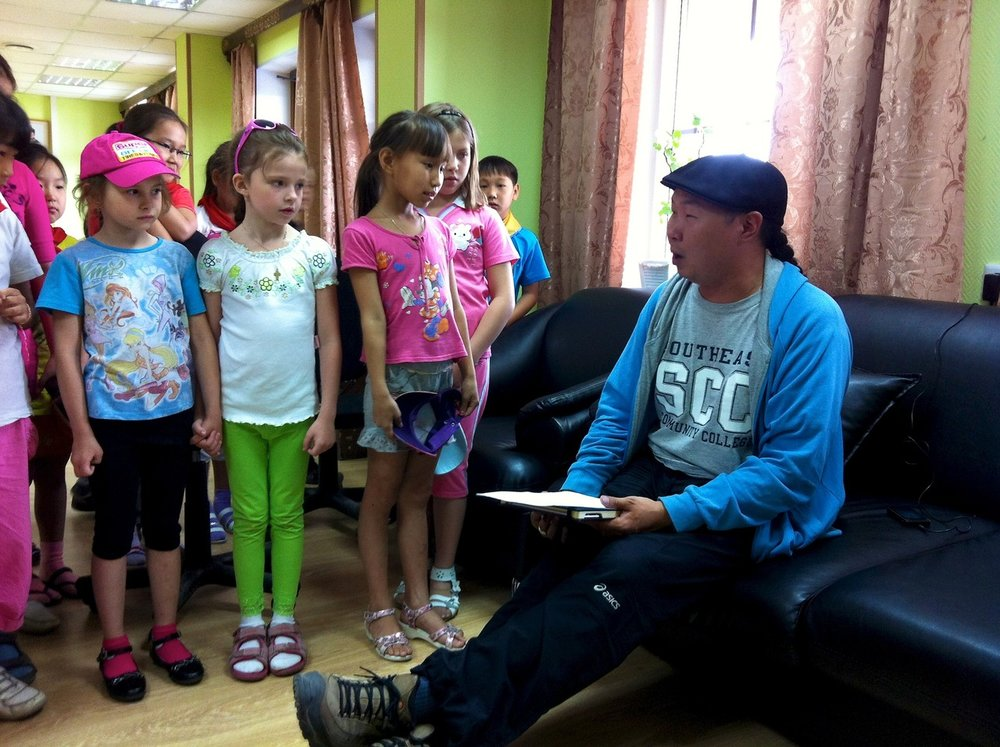 impromptu khoomei performance by bady-dorzhu ondar for schoolchildren