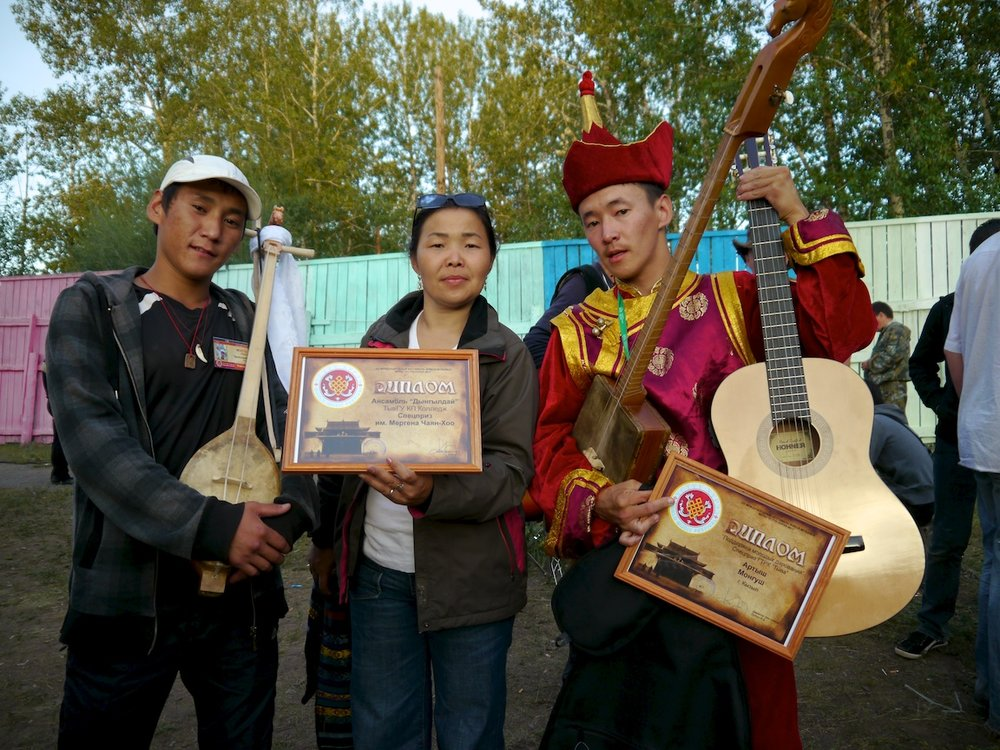 prize winners ensemble dyngyldai (left) and artysh mongush (right) with choduraa tumat