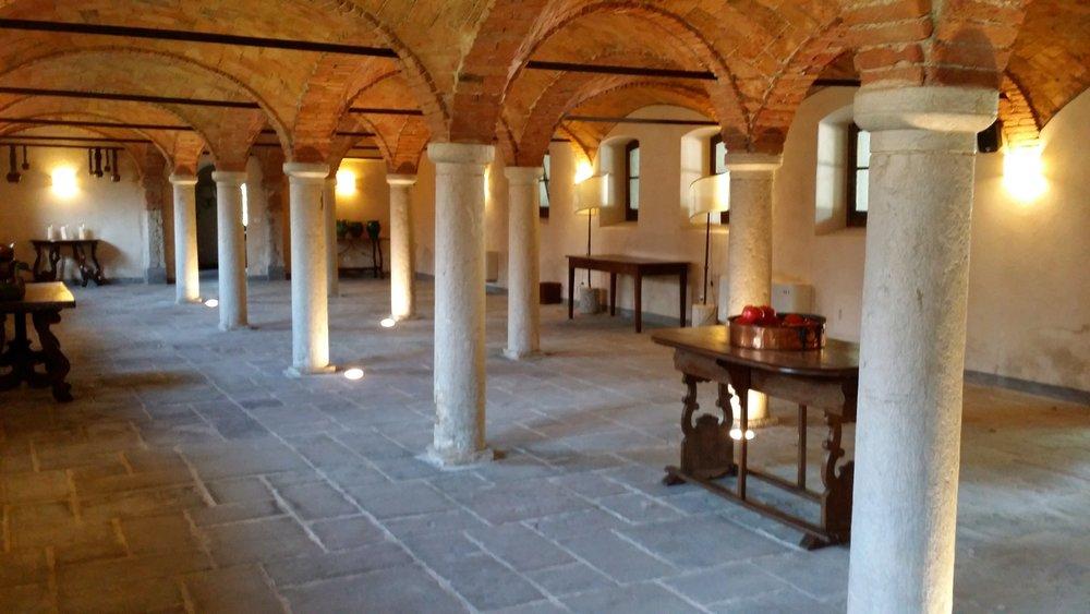 Stalla quattrocentesca con volti a crocera e colonne in Botticino