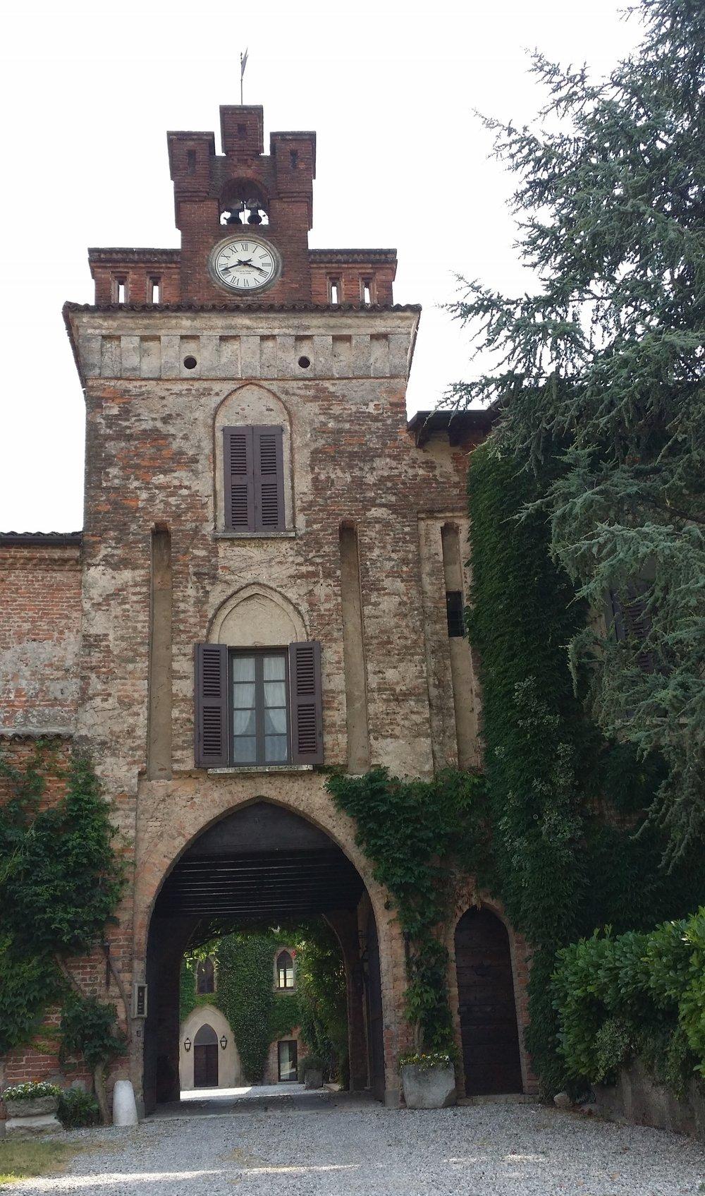 Torre con orologio, e androne sottostante che da' accesso alla corte interna