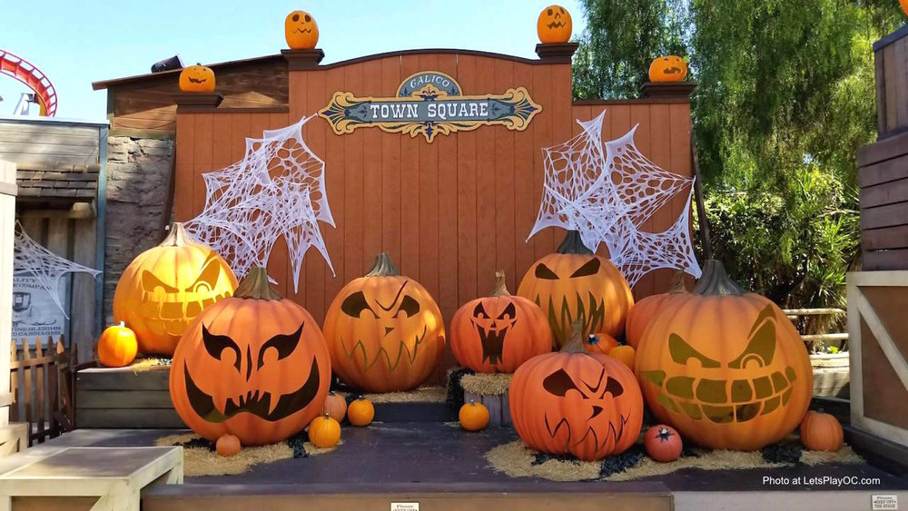 Knotts Spooky Farm Ghost Town Pumpkin Patch Photo at LetsPlayOC.jpg