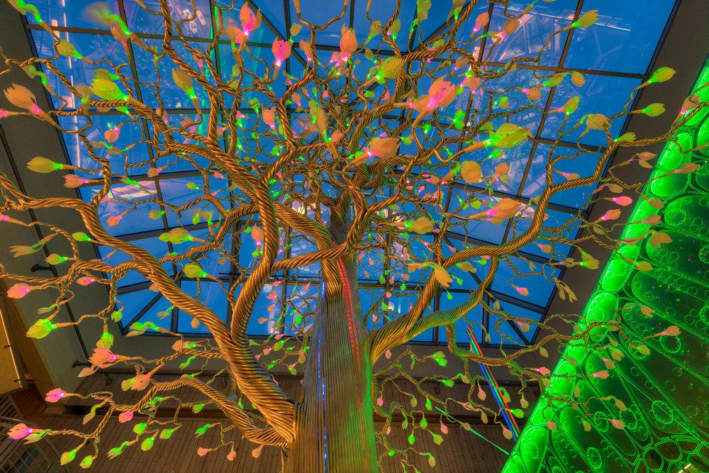 Det fantastiske treet er 7.5m høyt og består av over 10km aluminiumsrør