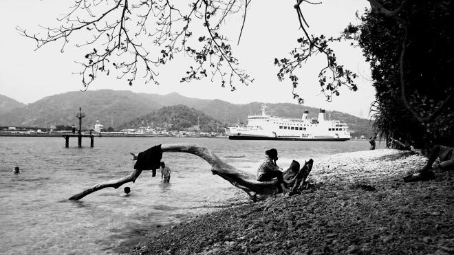 Kapal Melintas di Pulau Merak Besar