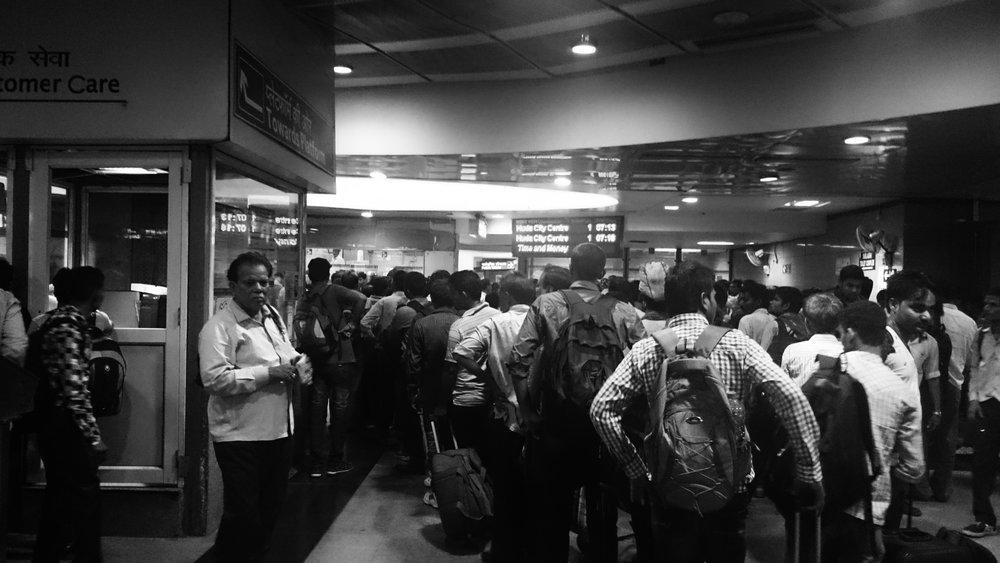 Antrian loket kereta India