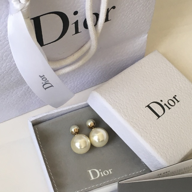 Beautiful pearl earrings for your beautiful mother! She deserves it!