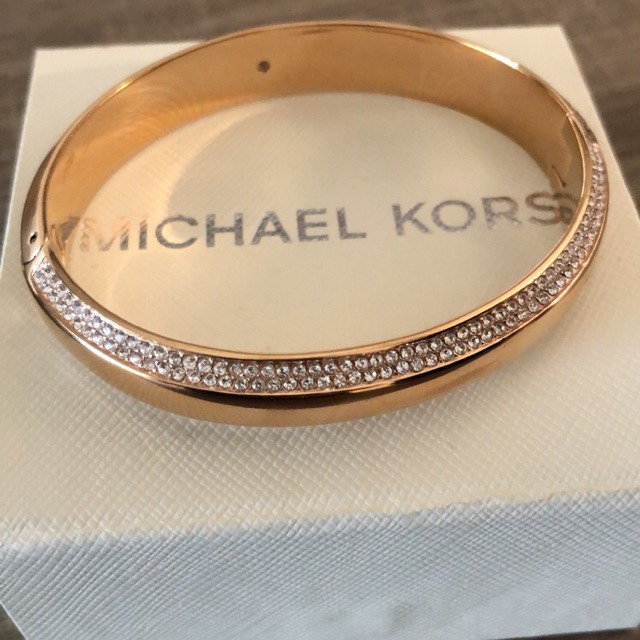 Go all in with this gorgeous Michael Kors bracelet.
