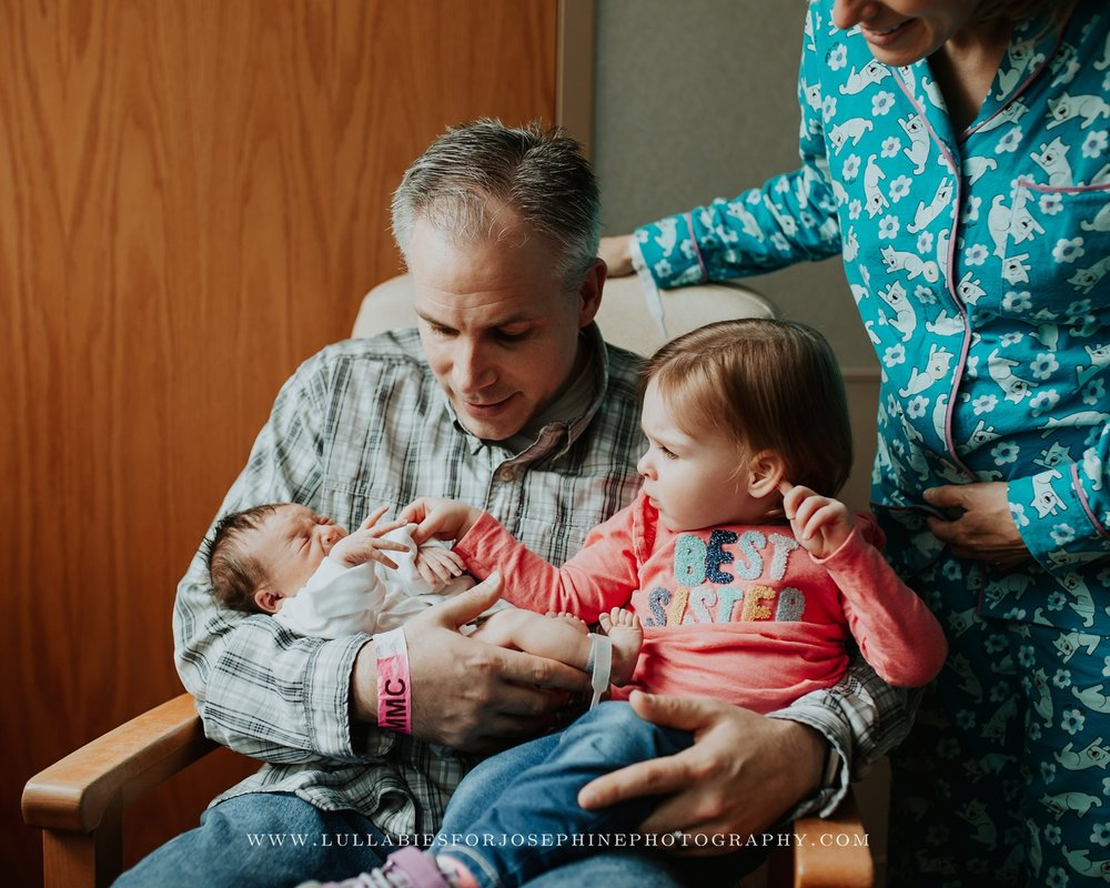 nj-family-photographer-siblings-meeting-lifestyle-hospital-session