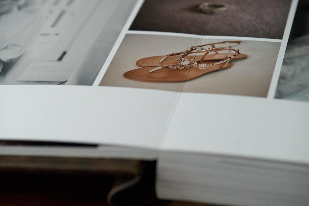 Highlight-Album COTTON - Mit dem Highlight-Album Cotton entscheidet ihr euch für eine kleinere Version des Story-Albums COTTON. Als High-End Fine Art Album wird es auf naturweißem, säurefreiem Photo Rag Papier aus 100% Baumwolle, ohne optische Aufheller, gedruckt und bietet mit der weichen, sanft texturierten Oberfläche das schönste haptische Erlebnis und die größte Farbtiefe. Mit einer Größe von 25x25cm entsteht eine Bildfläche von 50cm Breite bei aufgeschlagener Doppelseite. Durch ein Papiergewicht von 310g/m² und die Verwendung pH-neutralen Trägermaterials, entstehen feste Seiten, die dennoch flexibel bleiben und weniger anfällig für Knicke oder Wellenbildung sind. Das Highlight-Album COTTON bewahrt die Highlights eures Tages und ist die richtige Wahl, wenn ihr ein kleineres Album bevorzugt, ohne auf das haptische Erlebnis von Baumwoll-Papier verzichten zu wollen.Die Zuzahlung beträgt 490,- (inkl. MwSt.). Hier gehts zur Bestellung.