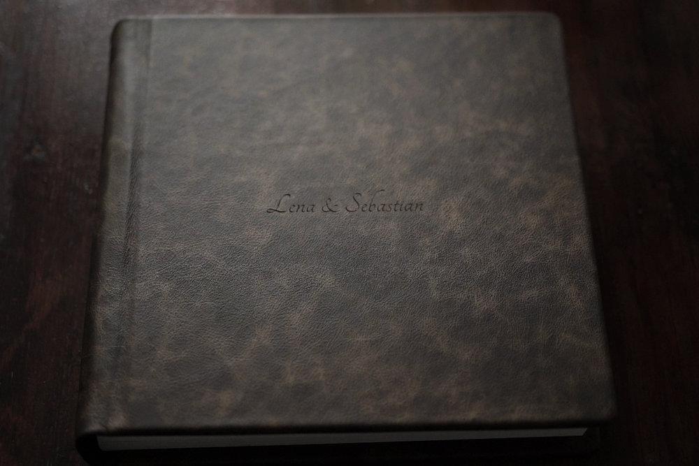 Story-Album COTTON - Mit dem Story-Album Cotton entscheidet ihr euch für unser High-End Fine Art Album. Gedruckt auf naturweißem, säurefreiem Photo Rag Papier aus 100% Baumwolle, ohne optische Aufheller, bietet die weiche, sanft texturierte Oberfläche das schönste haptische Erlebnis und die größte Farbtiefe. Mit einer Größe von 30x30cm entsteht das Gefühl eines wahren Bildbands - mit einer eindrucksvollen Bildfläche von 60x30cm bei aufgeschlagener Doppelseite. Durch ein Papiergewicht von 310g/m² und die Verwendung pH-neutralen Trägermaterials, entstehen feste Seiten, die dennoch flexibel bleiben und weniger anfällig für Knicke oder Wellenbildung sind. Das Story-Album COTTON bewahrt auf 40 Doppelseiten die Geschichte eures Tages durch echte Handwerkskunst - made in Europe.Die Zuzahlung beträgt 990,- (inkl. MwSt.). Hier gehts zur Bestellung.