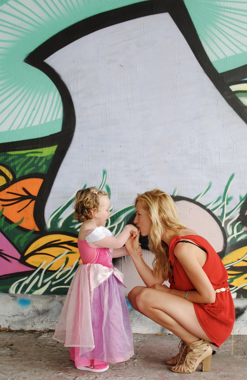 I LOVED Wynwood Art District in Miami and its quirky street art! And yes I let Sisi match those fluo pink Nikes with her Sleeping Beauty dress 😝.