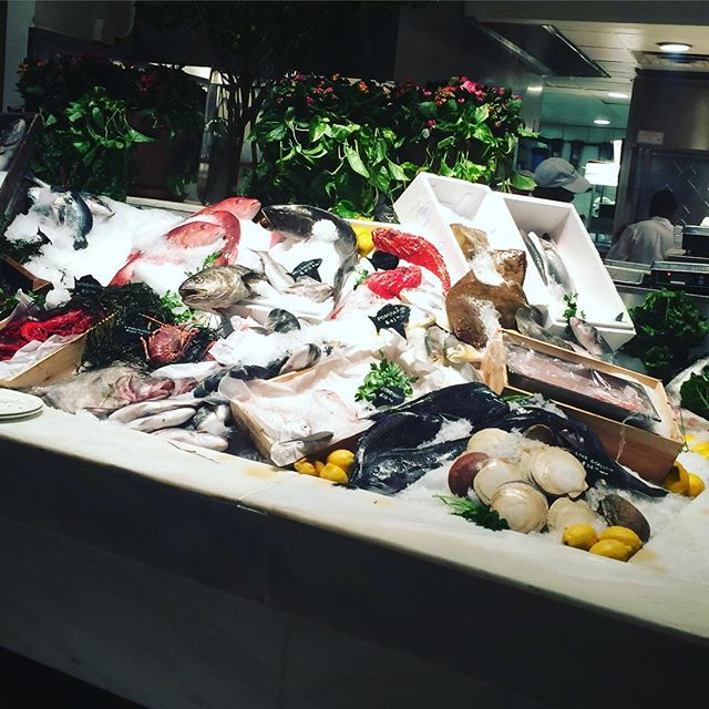 Beautiful fresh fish at Milos. Go and choose your own dinner 😝 #meddiet #eatfresh #quality #nutrition 🐠🐟