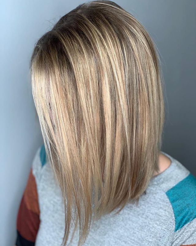 ✨ B L O N D I E ✨ . . Hair by @caseylee_hair . #razzmatazzhairstudio #bestofcapecod #capecodhair #capecodhairstylist #capecodsalon #redken #redkenshadeseq #moroccanoil #hairgoals #modernsalon #cosmoprofbeauty #behindthechair #foilayage #goodhairday #babylights #hairinspo #licensetocreate #capecodlife #capecodbalayage