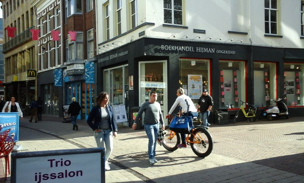 HIJMAN ONGERIJMD Sinds 1895 een zelfstandige boekhandel met een breed en eigenzinnig assortiment. Wie van boeken houdt, die komt er! www.hijmanongerijmd.nl