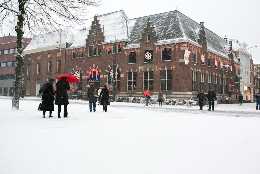 Dudok - Naast de Eusebiuskerk bevindt zich dé huiskamer van Arnhem; café-brasserie Dudok. Open voor ontbijt, lunch, borrel en diner en natuurlijk de overheerlijke originele Dudok Appeltaart!www.dudok.nl