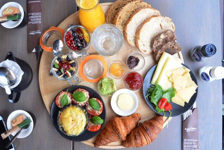 Anne&max Bij ons ben je elke dag welkom. Voor ontbijt, koffie, lunch, een high tea of hartige hapjes in de middag. We werken met verse, authentieke en gezonde producten. Maar boven alles willen we een huiskamer in de stad zijn, een plek waar je elk moment van de dag thuis bent. www.annemax.nl