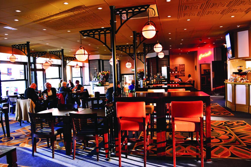 Perron5 Gelegen aan het station is Perron 5 de ideale stations lounge voor alle bezoekers en inwoners van Arnhem. Gasten kunnen hier genieten van een vers gezet kopje koffie, lekkere lunch, gezellige High Tea & High Wine of smaakvol diner! www.perron5arnhem.nl