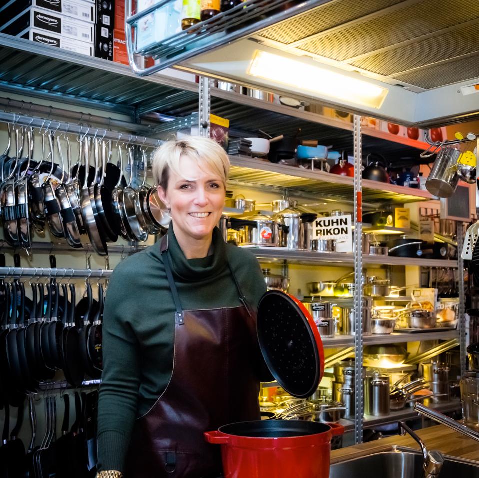 het kookeiland Voor kookliefhebbers is deze winkel een 'eiland' op zich waar ze hun vingers bij af kunnen likken aan de uitgebreide collectie messen, pannen, keukenmachines, keukengerei, espressomachines, raspen, pepermolens en nog veel meer hebbedingetjes! www.hetkookeiland.nl