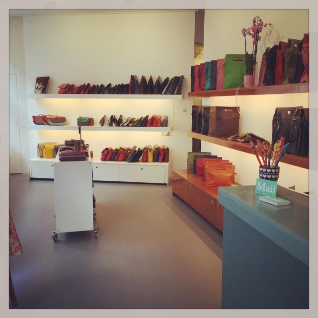 Maii - Maii biedt verschillende tassen en accessoires aan die gemaakt zijn in India. Alle producten zijn kleurvol en hebben een simpel stijlvol design. Eerlijke producten staan hoog in het vaandel en alle leveranciers worden frequent bezocht.www.maii.nl